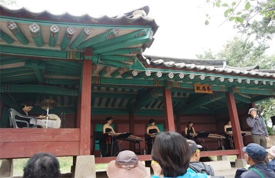 서호의 풍경과 항미정에서 공연하는 '모던;금'