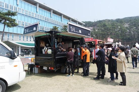 경기도 인증 푸드 트럭 '달숲', 푸드 트럭 앞에 마련된 테이블